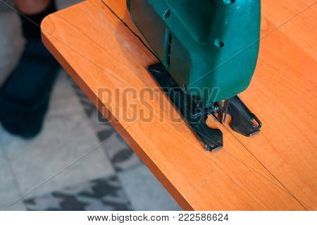 carpenter working with a jig saw and wood cutting jigsaw manual