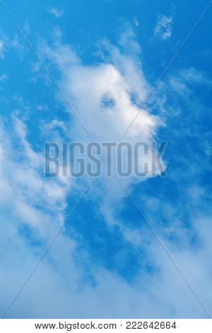 Blue sky, a strange cloud of clouds appears by chance, similar to the side of the human head.