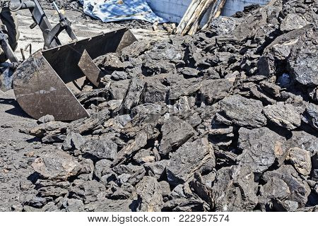 The lignite in the warehouse is waiting for customers and shipping.