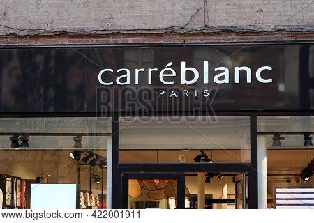 Bordeaux , Aquitaine France - 05 27 2021 : Carre Blanc Paris Logo Text And Sign Brand Of Store House
