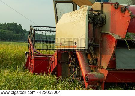 A Special Vehicle For Cutting And Threshing Of Raw And Ripe Paddy Which Automatically Packs The Padd