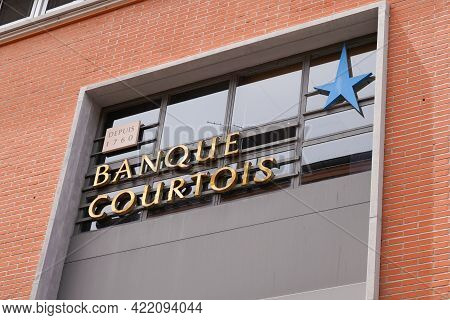 Bordeaux , Aquitaine France - 05 27 2021 : Banque Courtois Sign Brand And Text Logo Front Of Main Of