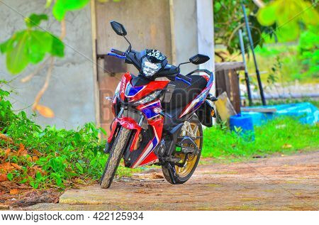 Labuan,malaysia-april 25,2021:view Of The Honda Rs 150r Motorcycle Specs List A 149.7cc Parked In La