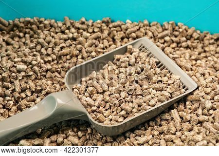 Cat Litter Tray With Wood Pellet Filler And Scoop, Closeup
