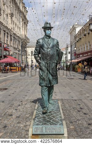 Moscow, Russia - May 2021. Kamergersky Lane. Monument To Composer Sergei Prokofieff With A Disposabl
