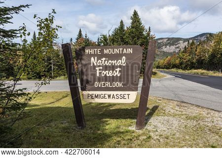 Lincoln, Usa - September 20, 2017: Signage Overlook At White Mountain National Forest In Pemigewasse
