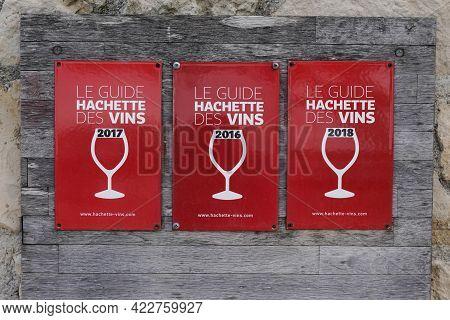 Bordeaux , Aquitaine France - 06 01 2021 : Guide Hachette Des Vins Logo Brand And Text Sign Of Influ