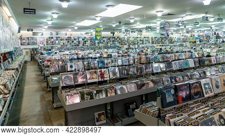 San Francisco, California, Usa, August 2019: Music Store With Retro Styled Image Of Boxes With Vinyl