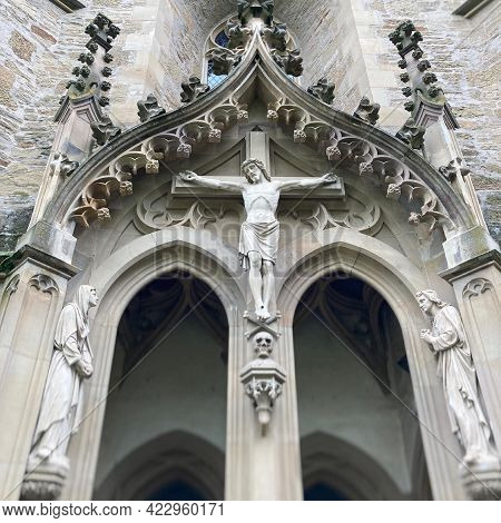 Jesus Figur Aus Sandstein Mit Kreuz An Alter Kirche In Deutschland.