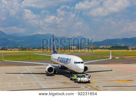 Preparation of aircraft Ryanair in Bergamo to fly