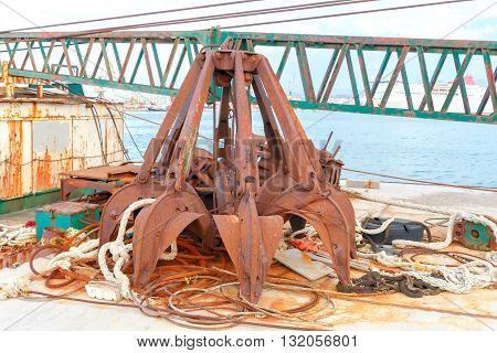 Crane grabber for the loading metal scrap.