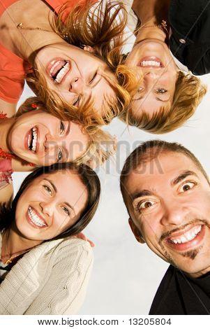 Group of happy Friends machen lustige Gesichter