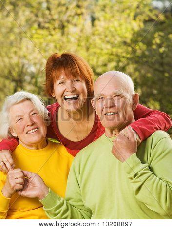 Senior koppel dat met hun dochter buitenshuis