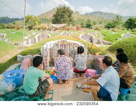 Editorial: Saraburi, Thailand, 17th Mar 2018. Thailand Family With Chinese Has Offering Many Food  I