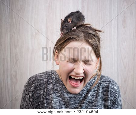 The Girl In Panic Shouting. On Her Head Sits A Rat. The Concept Of A Phobia, A Fear Of Rodents, Inne