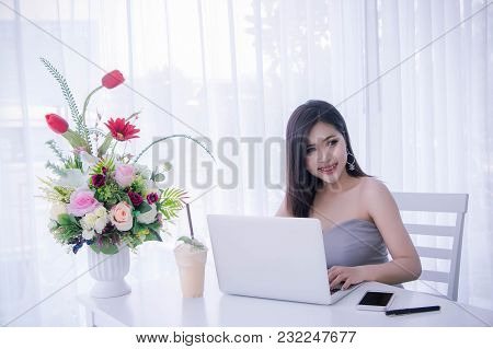 Smart Girl's Working On Notebook , Workingwoman Using Laptop In The Room