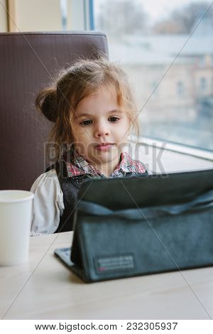 Girl With Tablet Pc In A Restaurant Or Cafe.