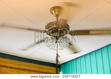 Ceiling Fan Models With Light Bulbs Rotating On The Ceiling