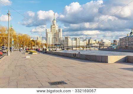 Moscow, Russia - October 08, 2019: Sidewalk Of Moskvoretskaya Embankment Of Moskva River In Sunny Au