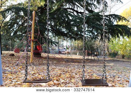 Terkedilmiş çocuk Parkında Bulunan 2 Li Salıncaklar