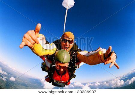 Tandem fallskärmshoppare i åtgärd fallskärmshoppning.