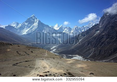 Everest trek. View of Ama Dablam (6856 m) from Three Passes Trail in Himalayas mountains, Sagarmatha national park, Solukhumbu, Nepal