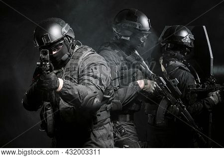A Special Forces Soldier As Part Of A Special Forces Group Covers The Rear, Aim At The Camera Using