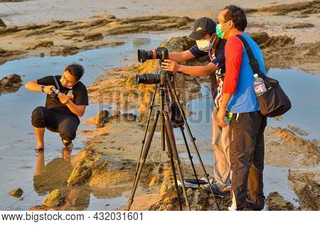 Labuan Ft,malaysia-sept 4,2021:group Photographer With A Tripod Taking Pictures Of The Sea During Th
