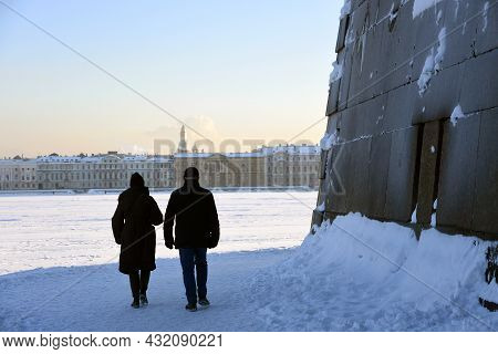 Saint-petersburg, Russia - January 31, 2019: Tourists Walk In Peter And Paul's Fortress In Saint-pet