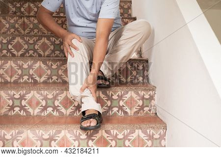 Men Can't Go Upstairs. Due To Muscle Weakness, Pain, And Tingling At The Nerve Endings Of The Knee T