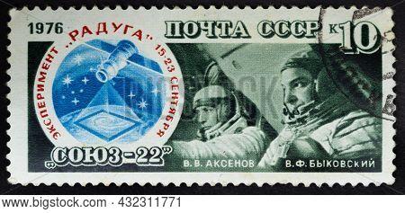 Ussr - Circa 1976: Postage Stamp 'pilot-cosmonauts V. Bykovsky And V. Aksenov' Printed In Ussr. Seri