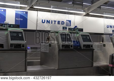 Indianapolis - Circa September 2021: United Airlines Check-in Desk. United Airlines Is An Anchor Air