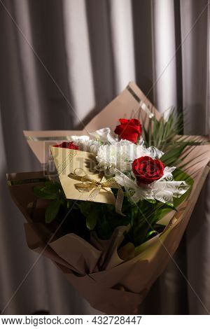3 Red Roses Bouquet With Gift Envelope, Gold Ribbons, White Paper For Certificates, Invitation Card