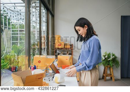 Asian Woman Shipping Cover Ceramic Coffee Cup With Air Bubble Wrap For Protection Product Broken. Sh