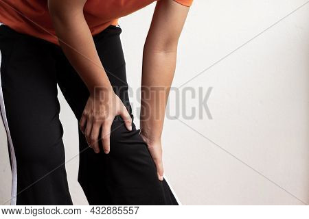 A Woman Supporting Herself From Numbness, Muscle Weakness, Pain, And Tingling In The Knee Nerve Endi