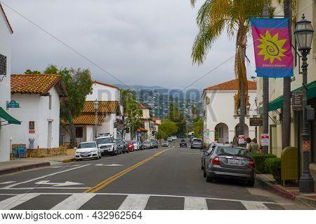 Santa Barbara, Ca, Usa - Jun. 20, 2019: Historic E De La Guerra Street At  State Street With Antique