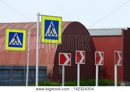 Road signs help to comply with traffic rules.