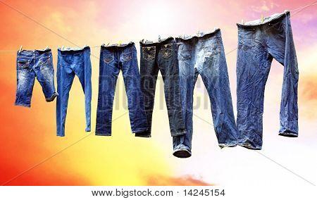 Jeans auf einer Wäscheleine trocknen