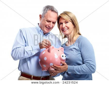 Happy senior Couple mit Sparschwein. Isolated over white Background.