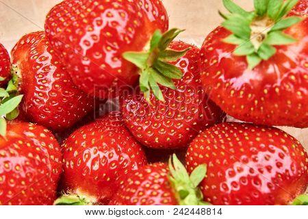 Mehrere Frische Rote Erdbeeren Im Sommer In Skandinavien I