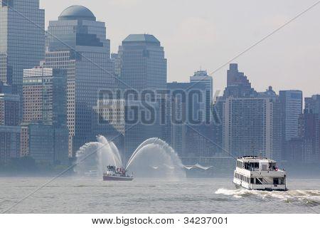 HOBOKEN, NJ - 23 de mayo: Ferry A NY Waterway y Fireboat Harvey en el río Hudson, cerca de Manhattan dur