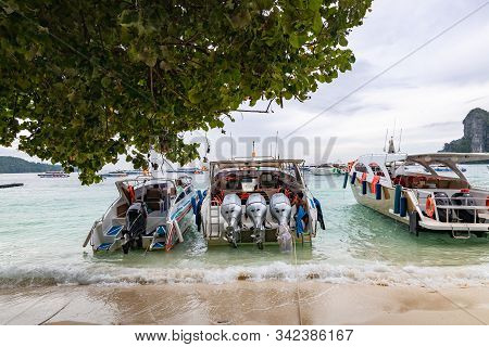 Phi Phi Island,thailand - November 24 2019: Speedboats Parked At Tonsai Beach. Speedbaots Are The Fa