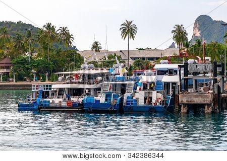 Phi Phi Island, Thailand - November 24 2019: Ships And Ferries At Ao Tonsai Pier In Phi Phi Island.