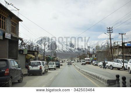 Traffic Road And Indian People Drive Car And Riding Motorcycle And Walking On Srinagar Leh Ladakh Hi
