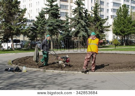 Vladimir, Russia April 30, 2019 Victory Square In Vladimir Processing Flower Beds By Utilities Befor