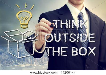 Empresário com Pense fora da caixa