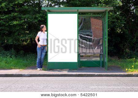 Žena u autobusové zastávky prázdné Billboard
