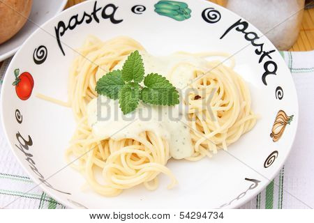 fresh spaghettis with a sauce of cheese