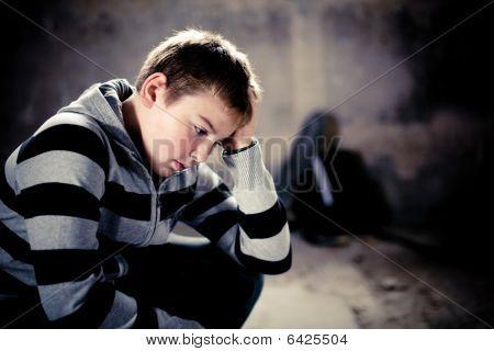 Problemas de jovens Teenaiger contexto de Grunge com skate e bolsa de ombro