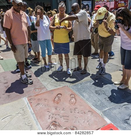 People Admire The Hand And Footprints Of Will Smith Und Douglas Fairbanks